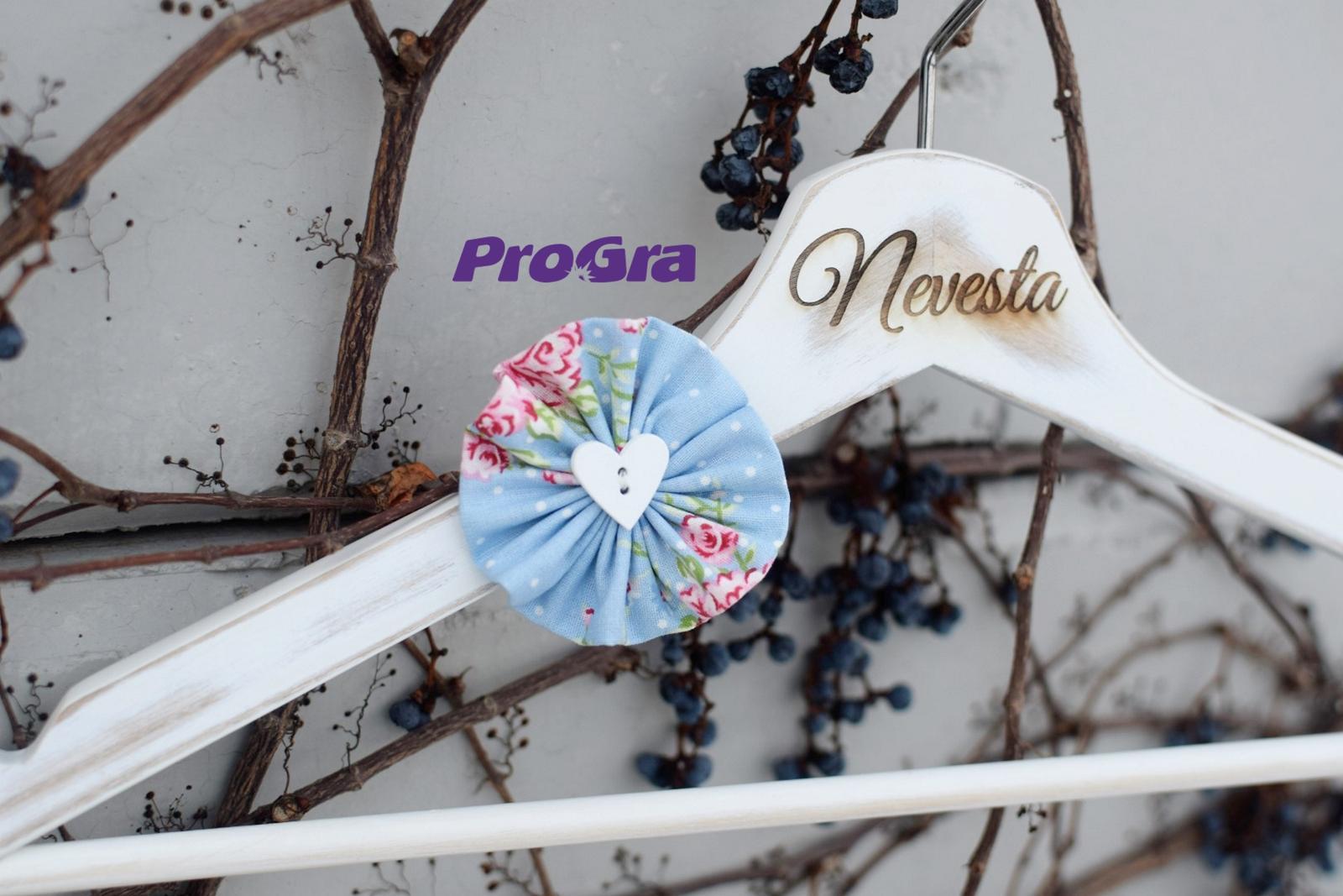 Svadobné vintage vešiačiky modré s ružami - Obrázok č. 2