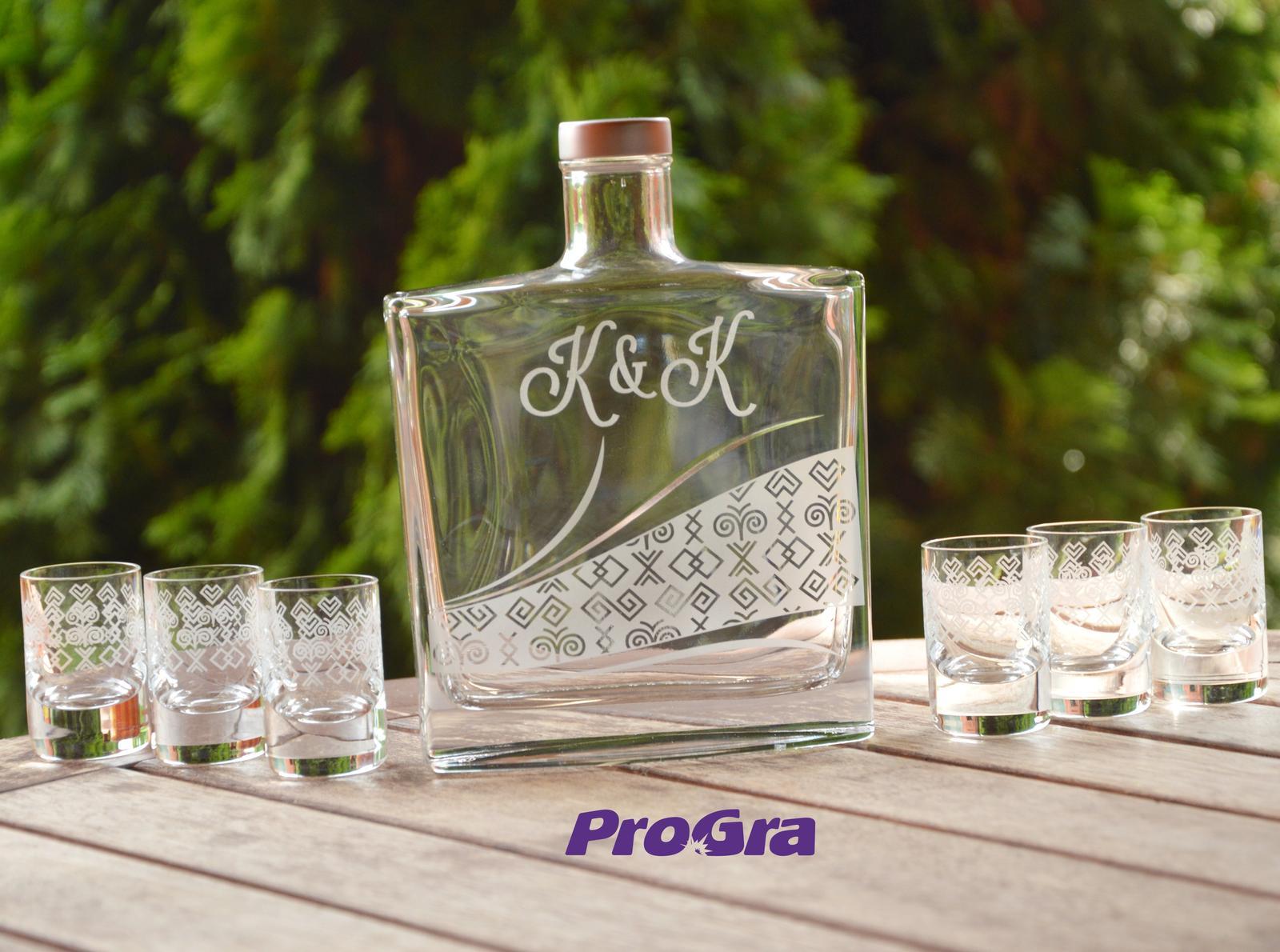Čičmany set - gravírovaná fľaša + 6 štamprlíkov - Obrázok č. 1
