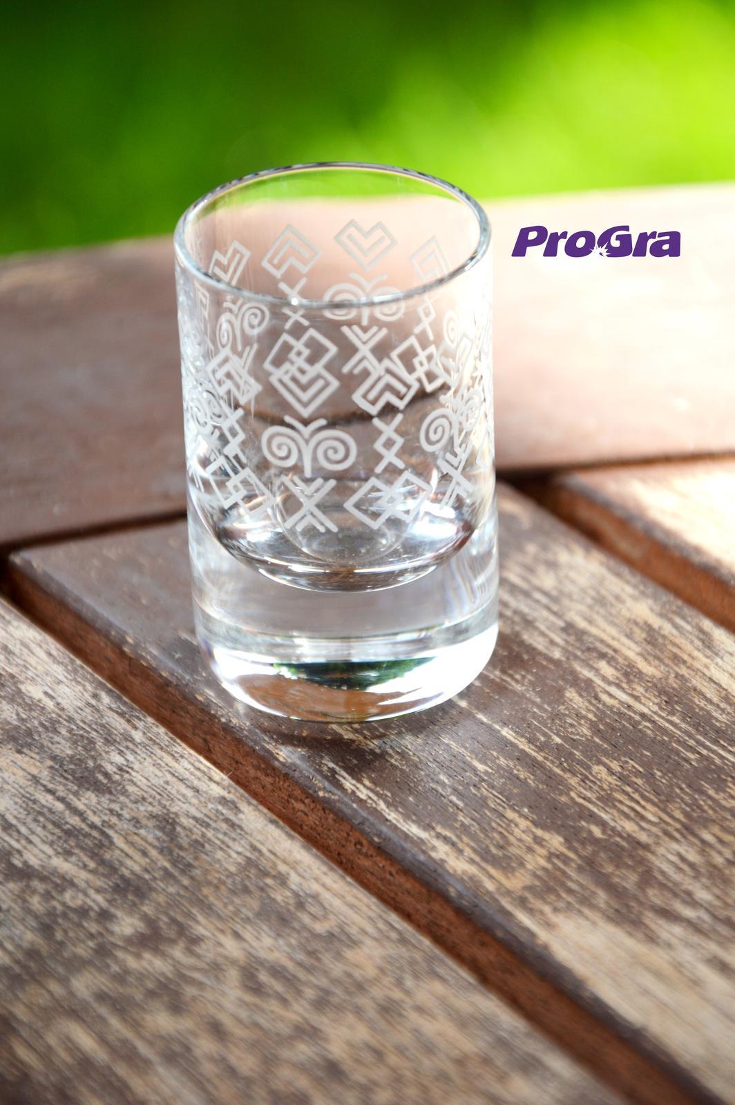 Čičmany set - gravírovaná fľaša + 6 štamprlíkov - Obrázok č. 2