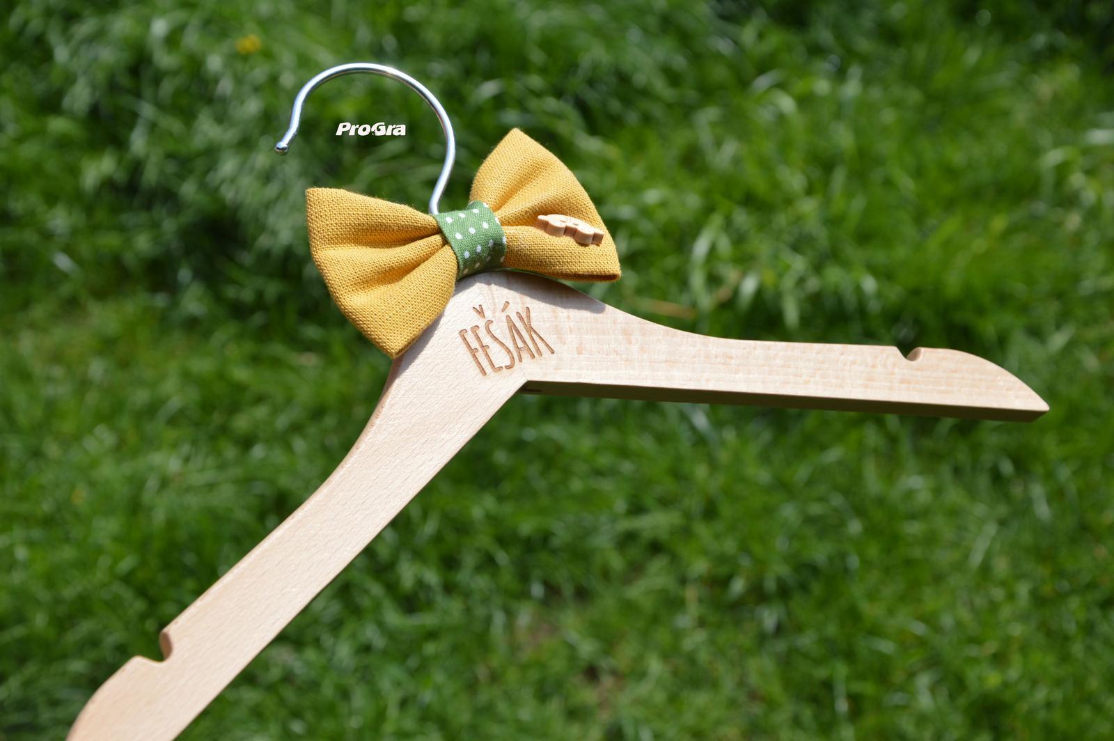 Horčicový fešák detský vešiak + motýlik a gravír - Obrázok č. 2
