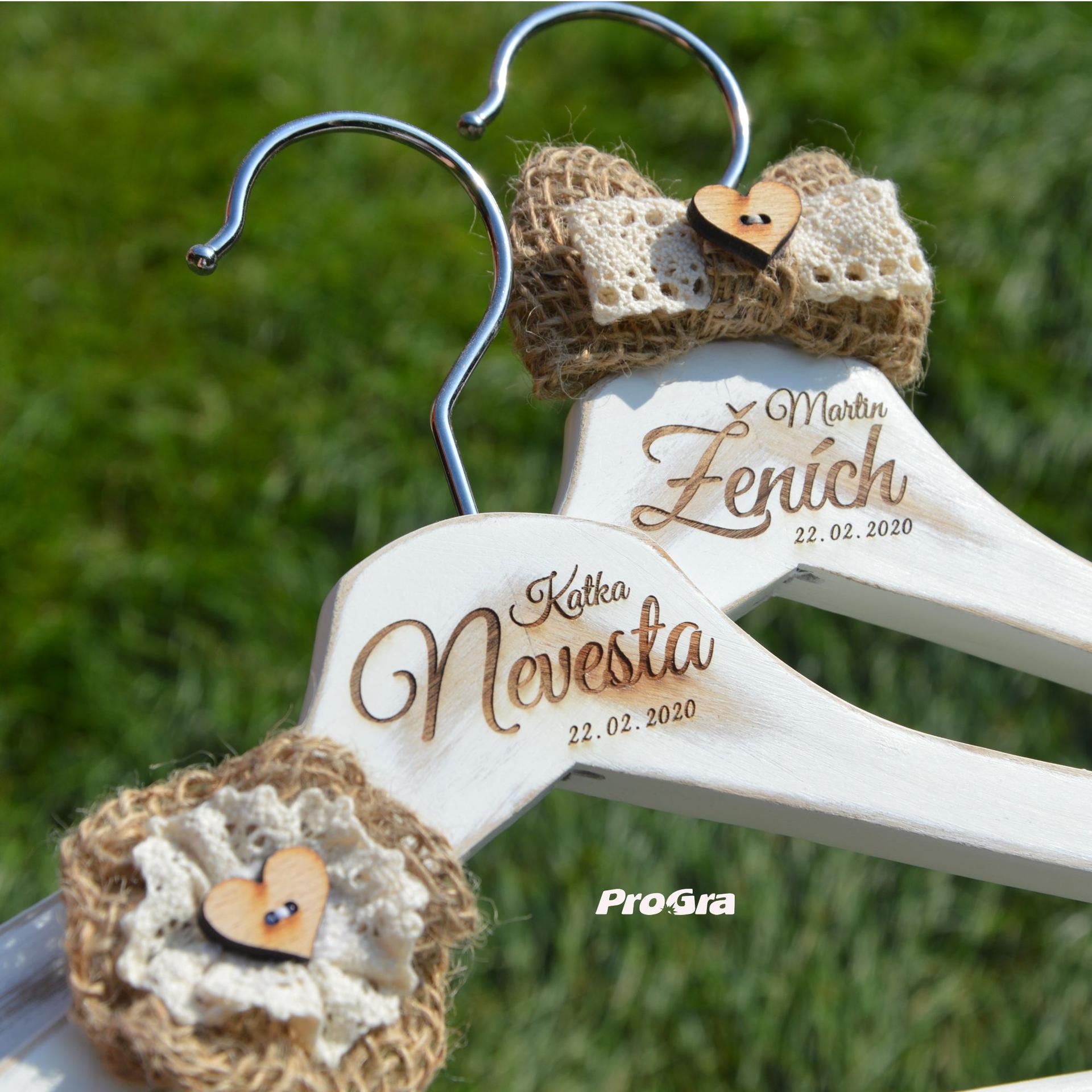 Detaily pre Váš svadobný deň - personalizovane gravírované svadobné vešiačiky so štýlovými ozdôbkami z juty - krásne pre svadbu ladenú do prírodného štýlu