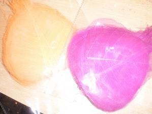 dekoracni listy na stul.je to fialove jen to vypada ruzove :-D