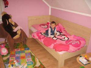 malá spí sama v pokojíčku už ve velké posteli