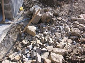 domácí výroba makadamu - stačí jen hromada kamení - správný nástroj (5kg kladivo)