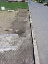 vykopat staré obrubníky - soudruzi betonem nešetřili - někde byl šířky a hloubky půl metru
