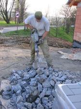 něktré staré rozbít na makadam (sbíječka váhy cca 18 kg měla co dělat - nejdřív ty stalinovské základy obrobníků a teď samotné obrubníky)