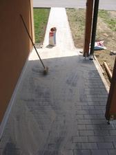 konečně jsem dodělal dlažbu u vstupu do domečku - zahutnil a posypal křemičitým pískem