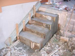 zahájení odbedňování schodů