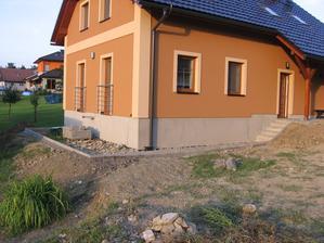 dokončené osazené obrubníky kolem domečku