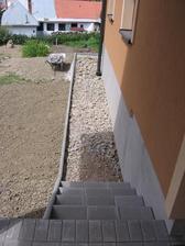 chodníček k terase (lehce vidět další terénní úpravy)