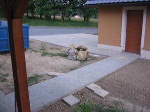 hotový chodníček mezi domečkem a garáží