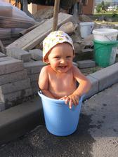 naše dítka se zkrátka rády koupou v kýblu