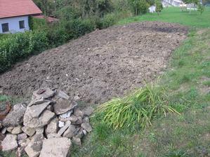 zryto před domečkem (příprava na trávník ne na zahrádku)