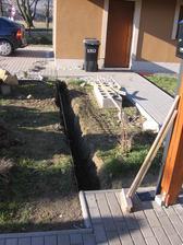 konečně sluníčko svítí, takže můžeme dále pokračovat - vykopaný základ pro plot mezi domečkem a garáží