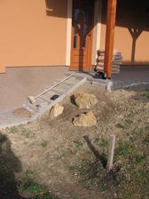 osazené kameny u vstupu (vykopáno při kopání základů)