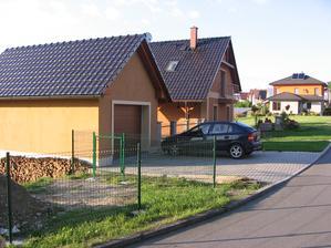pokračuju v budování plotu - plotové panely