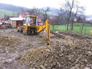 začínáme kopat základy (paralelně začíná pršet) + trochu kamínků