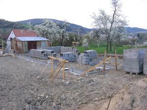 jaro na stavbě (v pozadí za komínem brumovský hrad)