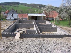 vyzděno a připraveno na betonáž