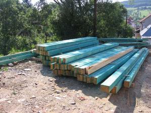 krov zatím na zemi (cca 12,0 m3 dřeva)