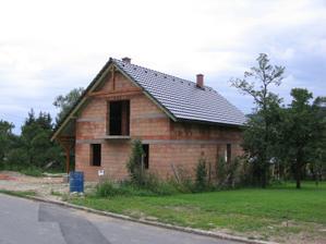 hotová střecha (ještě ale chybí střešní okna)