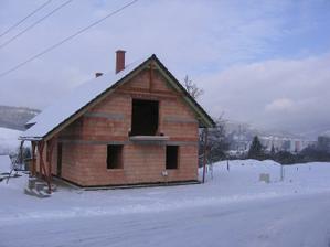 pšššš - domeček přes zimu spinká pod tlustou sněhovou peřinkou