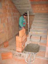 vyzdívka příčky do spíže pod schodištěm