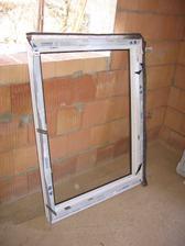 okno k namontování (zvenku douglasie zevnitř bílá)