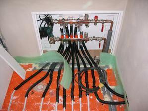 rozvaděč podlahového topení v šatně