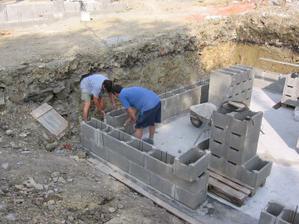Při pracech na domečku pomáhá, kdo má ruce, nohy (rodiče manželky sehraně spolupracují)