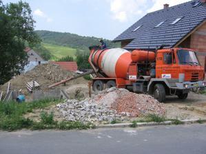 příjezd betonu na prvních pět řad (5,0 m3 C12/15)