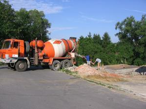 betonáž II.fáze tvárnic ztraceného bednění