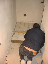 dlažba v místnosti pod schodištěm - motiv je stejný jako v kuchyni u babičky, kde jsem chodíval jako malý chlapec na prázdniny - troška nostalgie ;-)