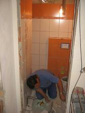 tchán mezitím dokončil obklady ve spodní koupelně