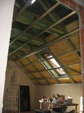 hotový rošt v jednom z dětských pokojů - už jen doplnit 60 mm vaty, alu fólii, dodělat rošt kolem okna a může se zaklápět