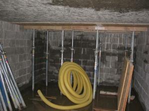 Zahájení prací na odbedňování stropu (strop má strukturu OSB desek)