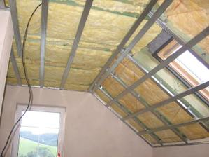 hotová tepelná izolace - už jen dodělat rošt kolem oken, parotěsnou fólii (hliníkovou) a může se zaklápět
