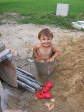 sousedi měli vytáhnutý bazén a malá se chtěla koupat. Stačila malá chvilka nepozornosti a malá volala, že už se koupe taky... To aby měl člověk oči i vzadu :-)