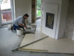 zahájení pokládky dlažby v obývacím pokoji