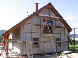 čelní strana fasády (I. vrstva lepidla a perlinky) včetně dokončení šambrán kolem oken