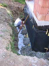 provádění drenáže kolem stavby garáže