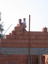 malá Ema zdí s dědečkem