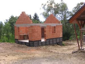 obizolovaná garáž - čeká na finální dokončení terénních prací