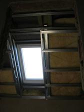 pokračujeme v provádění SDK podhledů v podkroví - dokončení profilace střešního okna - už jen doplnit izolaci mezi CD profily, reflexní parozábranu a můžou se šrubovat desky