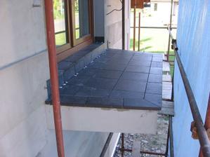 provedena dlažba na balkoně