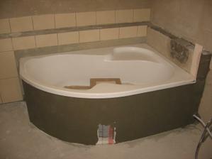 osazená vana v hlavní koupelně