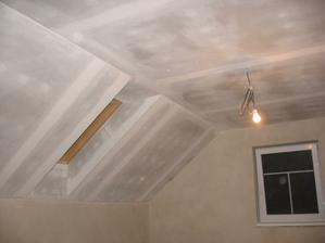 pohledy s přebrooušenou finiškou a zatmelenými spárami u stěn akrylem