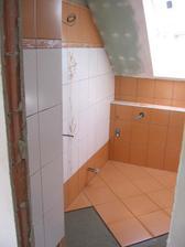 koupelna rodičů - provádění dlažby