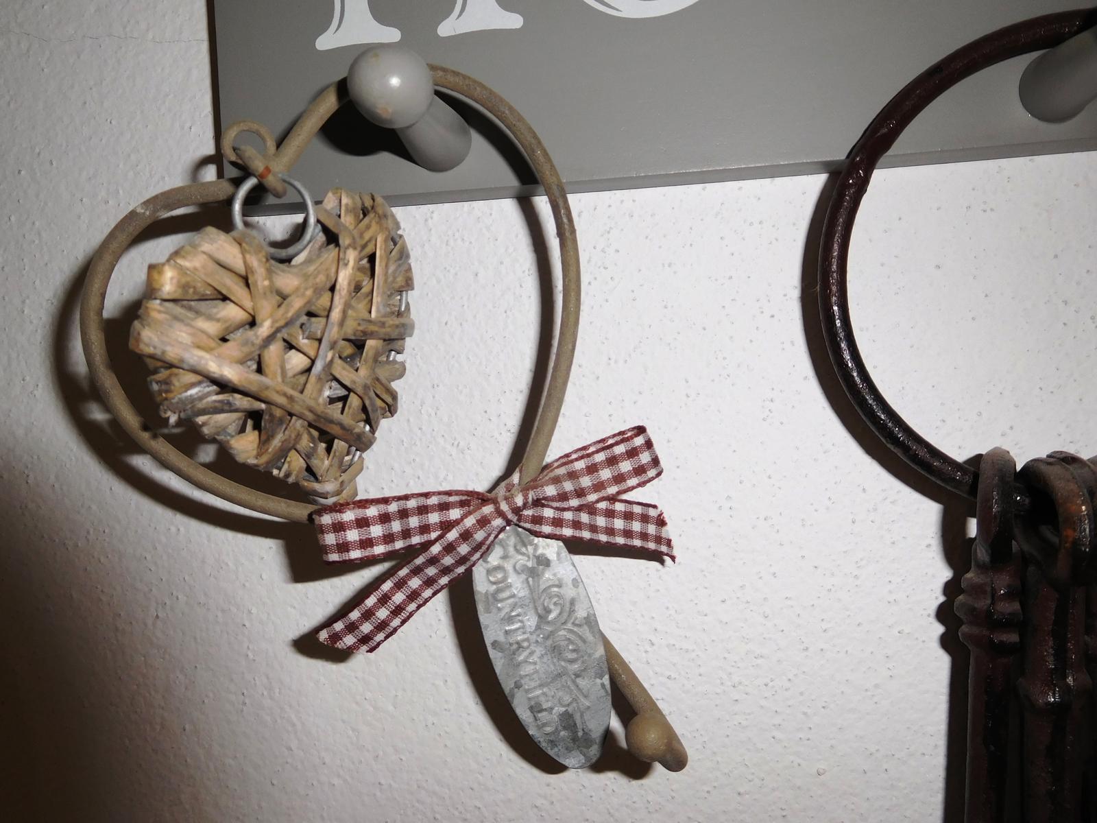 Nepoužitý provance vešiak srdce-kov a ratan - Obrázok č. 1