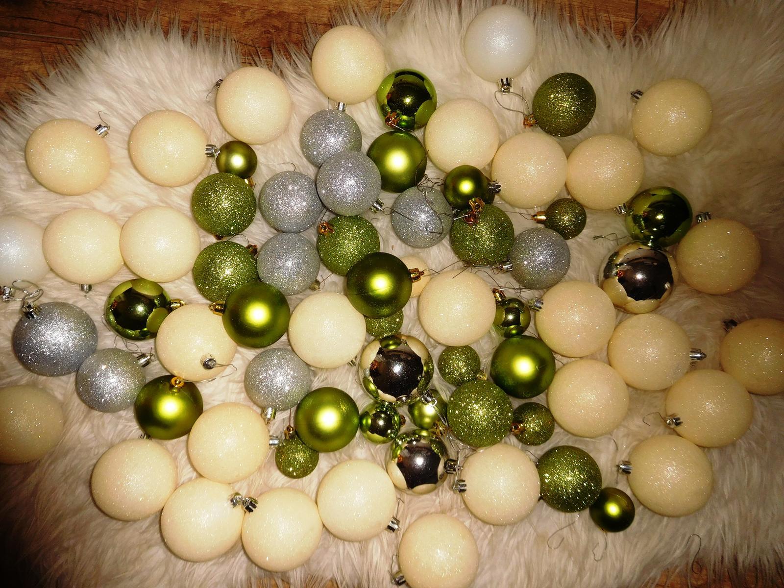 71 ks Vianočne gule biele,zelene,strieborne - Obrázok č. 1